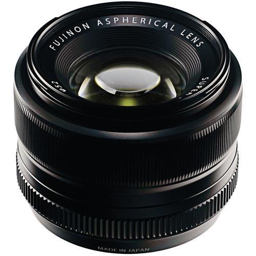 """עדשה קבועה המתאימה למצלמות FujiFilm בפורמט X-mount / APS-C מפתח צמצם f/1.4-16 מנוע פוקוס אוטומטי מרחק פוקוס מינימלי: 28 ס""""מ 7 להבי צמצם עמידה בתנאי לחות ואבק"""